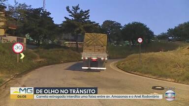 Carreta estragada interdita uma faixas da alça de acesso ao Anel Rodoviário - O trânsito ficou complicado na Região Oeste de Belo Horizonte nesta segunda-feira (24).