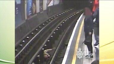 Britânico é condenado à prisão perpétua por empurrar passageiros nos trilhos do metrô - As câmeras de segurança flagraram a ação do agressor. Um das vítimas foi um senhor de 91 anos.