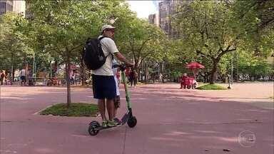 Falta de regras para uso de patinetes causa preocupação em Belo Horizonte - O Conselho Nacional de Trânsito estabelece várias regras para o uso dos patinetes, mas as cidades precisam regulamentar o serviço. Por enquanto, a prefeitura de Belo Horizonte aposta no bom senso.