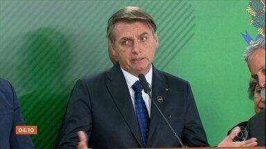 Jair Bolsonaro revoga dois decretos sobre as armas - Depois editou três novos decretos praticamente com o mesmo texto dos que foram revogados. Além disso, o Governo enviou para a Câmara um projeto de lei regulando a posse e o porte de arma.