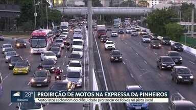 Motoristas reclamam da dificuldade de trocar de faixa na Marginal Pinheiros - A diciculdade aumentou depois que motociclistas foram proibidos de andar na pista expressa.