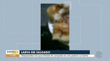 Vídeo mostra salgado cheio de larvas, em Corumbá - Telespectadora alega que alimento foi comprado em padaria.