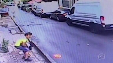 Conheça heróis por trás dos resgates de crianças que viralizaram na internet - Imagens de uma criança quase caindo no vão de uma escada na Colômbia e de outra caindo da janela na Turquia se espalharam por todo o mundo.