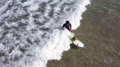 Gabriel Medina confere talento de surfista de 3 anos que viralizou na internet - Conhecido como Bebê Surfista, João Vitor pegou onda com o campeão em encontro promovido pelo Fantástico: 'Ele é espertinho e leva jeito'.
