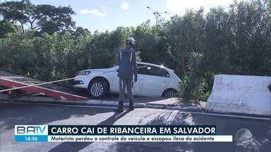 Carro cai de ribanceira na região do Acesso Norte, em Salvador - Motorista perdeu controle do veículo, mas escapou ileso do acidente.