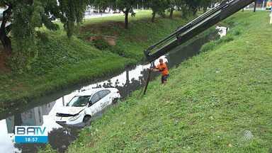 Carro cai em canal do bairro do Rio Vermelho, em Salvador - Mulher que conduzia veículo teve ferimentos leves e foi encaminhada para o HGE.