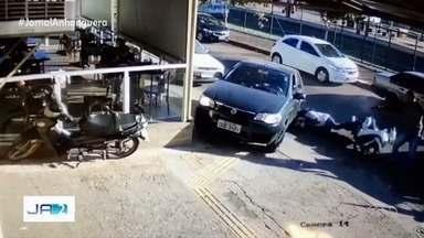 Vídeo mostra quando assessor político é morto a tiros em frente a padaria em Goiânia - Vítima estava em uma moto parada conversando com outro homem, quando o suspeito desceu de um carro e atirou. Polícia Civil diz que só dará informações sobre o caso quando 'estiver elucidado'.