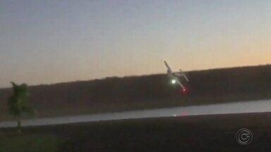 Piloto faz manobras arriscadas com avião às margens do Rio Tietê - Um piloto de avião bimotor foi flagrado fazendo manobras arriscadas às margens do Rio Tietê, em Araçatuba (SP), no fim de semana.