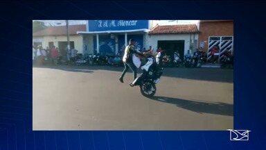 Motociclistas cometem infrações perigosas durante apresentação em Coroatá - Motociclistas empinavam suas motos até com crianças sobre o tanque de combustível.