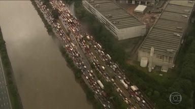 Alagamentos bloqueiam ruas e rodovias na Grande São Paulo - Chuva intensa e persistente, que já dura mais de 24 horas, deixou diversas ruas alagadas em São Paulo e na região metropolitana.