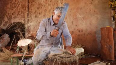 Veja como são produzidas as vassouras de palha em Paiçandu, região de Maringá - Daiane Fardin conheceu a família Barbosa que mostrou como é o processo completo para fazer uma vassoura.