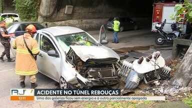 Acidente deixa trânsito lento no Túnel Rebouças - Um carro bateu em um poste no vão entre as galerias do Túnel Rebouças. O trânsito ficou em meia pista para que as equipes da prefeitura retirassem o carro e o transformador que ficaram na pista. O motorista foi socorrido pelos bombeiros e passa bem.