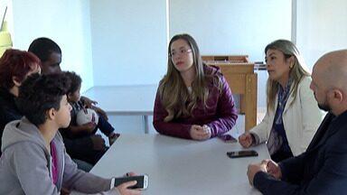 Psicólogos voluntários vão atender estudantes da Raul Brasil - Eles usam uma técnica específica e começam a trabalhar nesta terça-feira (9).
