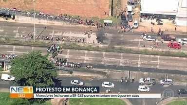 Protesto por falta de água interdita trecho da BR-232, em Moreno - Manifestação de moradores no distrito de Bonança causou engarrafamento de três quilômetros de extensão, segundo a PRF.