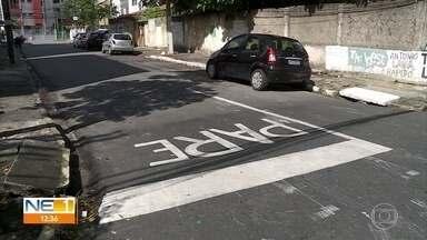 Moradores pintam sinalização de cruzamento por conta própria na Zona Sul do Recife - População cobra providências da Autarquia de Trânsito e Transporte Urbano.