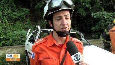Acidente deixa quatro feridos na ladeira Geraldo Melo, em Maceió - Carro saiu da pista e capotou.