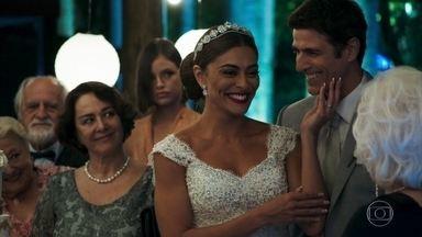 Maria da Paz tenta se aproximar de Gladys - Evelina impede que Chiclete atire contra Kim na festa de casamento. Maria oferece o primeiro pedaço de bolo para Gladys