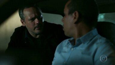 Almeidinha leva Paul para a delegacia - Ele avisa a Tomás que quer interrogá-lo antes que volte a fica sóbrio