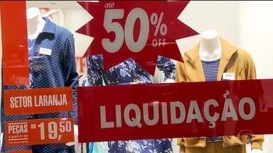Lojistas antecipam liquidação de roupas de inverno - O frio demorou para chegar e as lojas entraram em promoção para diminuir os estoques.
