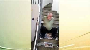 Cadeirante precisa subir escada sentado para ser atendido em INSS do Rio - Ele tinha uma perícia agendada no segundo andar. Já era a segunda vez que o professor ia até o posto do INSS e o elevador estava quebrado.