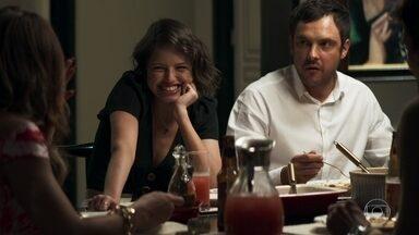 Régis e Jô pedem que Maria da Paz contrate uma nova cozinheira - Jô reclama da comida de Ellen e Maria promete procurar cozinheiro de alta gastronomia