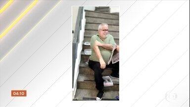Cadeirante precisa subir escada sentado em agência do INSS no RJ; elevador está quebrado - O elevador da agência do INSS está quebrado há meses. O professor de 60 anos precisou rastejar na escada para receber atendimento.