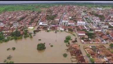 Água de barragem invade cidades e tira famílias de casa na Bahia - Cerca de 100 famílias ribeirinhas estão desalojadas em Coronel João Sá. Ao todo, 400 pessoas estão alojadas em escolas e na sede do sindicato dos trabalhadores de educação.