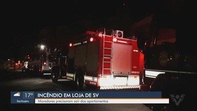 Incêndio destrói loja de produtos para motos em São Vicente - Chamas se alastraram pelo estabelecimento na madrugada desta segunda-feira (15). Ninguém ficou ferido