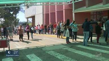 Pacientes de Valinhos enfrentaram uma longa fila para marcas consultas de especialidades - Moradores que dependem da rede pública de saúde sofreram com a demora para agendar atendimento no Centro de Especialidades nesta segunda (15).