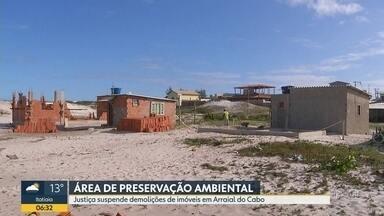 Justiça suspende demolições de casas em Arraial do Cabo - Imóveis ficam em áreas de preservação ambiental. Moradores da região dizem que a última operação foi truculenta.
