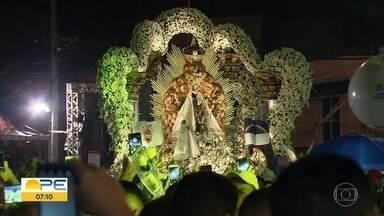 Fiéis homenageiam Nossa Senhora do Carmo com shows, missas e procissão no Recife - Terça-feira (16) foi de festa para os devotos da padroeira da capital pernambucana.