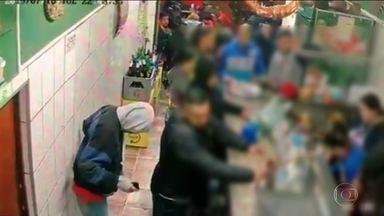 Assalto termina em tiroteio em bar lotado no Capão Redondo, Zona Sul - Um policial militar que estava de folga reagiu ao assalto e foi morto pelos bandidos.