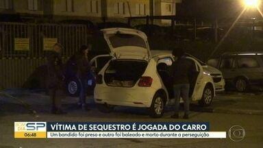 Vítima de sequestro é jogada do carro - Um bandido foi preso, outro foi baleado e morto durante a perseguição.