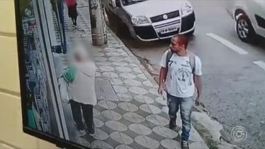 Em segundos, idosa tem celular levado por ladrão na área central de Sorocaba - Uma idosa de 70 anos teve o celular roubado enquanto esperava o transporte por aplicativo na frente de uma loja, na tarde desta quarta-feira (17), no Centro de Sorocaba (SP). A ação foi filmada por uma câmera de segurança.