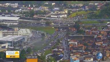 Chuva causa engarrafamento em diferentes pontos da capital baiana - Movimento é intenso na Avenida Paralela e no Acesso Norte.