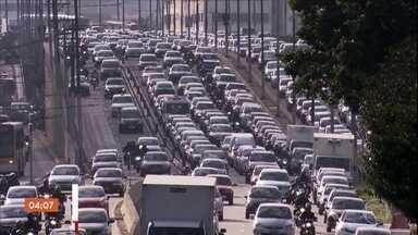 Pesquisa aponta melhora na qualidade do ar de São Paulo - Um estudo da Cetesb mostra que os veículos são os principais responsáveis pela poluição do ar. Em 2018, o ozônio produzido pela queima da gasolina ultrapassou 18 vezes o limite definido pela legislação estadual, mas foi menos do que em 2017.