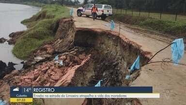 Estrada de acesso ao bairro Limoeiro em Registro está interditada - Uma erosão no Rio Ribeira de Iguape causou a abertura de uma cratera no km 23 da estrada. Ainda não há previsão de liberação.