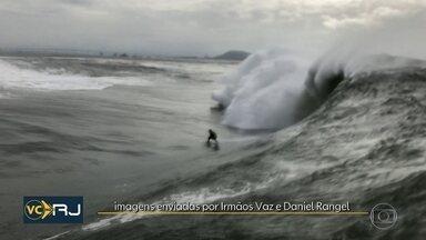 """Surfistas aproveitam ressaca na Baía de Guanabara - Grupo pegou ondas de mais de 3 metros na região conhecida como """"Laje da Besta""""."""