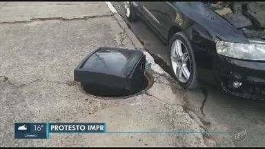 Aparelho de TV é usado para sinalizar bueiro sem tampa em bairro de Campinas - Segundo a Sanasa, uma equipe foi ao local e verificou que o bueiro pertence à rede de telefonia.