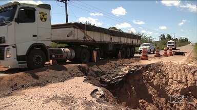 Caminhoneiros reclamam de falta de infraestrutura na BR-222 - Buracos e até uma cratera está deixando o trânsito complicado na rodovia, entre as cidades de Santa Inês e Arari.