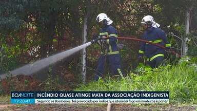 Incêndio quase atinge mata da Associação Indigenista - Segundo os Bombeiros, foi provocado por índios que atearam fogo em madeiras e panos