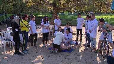 Ação em parque de Porto Alegre ensina técnicas de primeiros socorros - Assista ao vídeo.