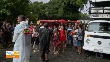 Moradores de comunidade ao lado da UFRPE protestam contra pedido de reintegração de posse - Eles dizem que moram nessa área do Recife há 60 anos, mesmo o terreno pertencendo à Universidade Federal Rural de Pernambuco.