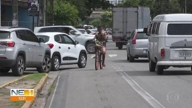 Ciclistas reclamam que motoristas desrespeitam ciclofaixa em Boa Viagem - Trecho onde faixa de sinalização está quase apagada tem 500 metros na Rua Antônio Falcão.