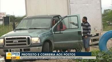 Caminhoneiros suspendem paralisação e liberam trânsito na BR-230, em Campina Grande - Caminhões com cargas não perecíveis estavam sendo estacionados em um pátio às margens da rodovia. Outros veículos estão sendo liberados.