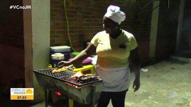 Conheça a médica cubana que está desempregada e vende espetinhos para garantir renda - Ela vive em Jacobina, assim como outra profissional que também permanece no Brasil em busca de emprego após o fim do contrato com o programa Mais Médicos.