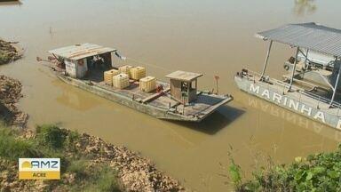Após suspensão, porto de Cruzeiro do Sul é licenciado para embarque de combustível - Depois da explosão do barco que matou 6 pessoas e deixou 12 feridas órgãos de controle tinham suspendido transbordo de combustível para embarcações de médio e pequeno porte.