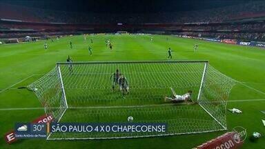São Paulo deslancha no segundo tempo e goleia a Chapecoense no Morumbi - Tricolor fez quatro gols no segundo tempo e mostra belo futebol para vencer a Chape no Morumbi.