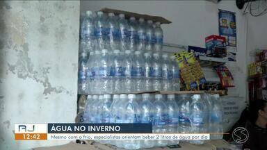 Especialistas orientam beber 2 litros de água por dia mesmo no inverno - Com tempo seco, necessidade de consumo de água é ainda maior.