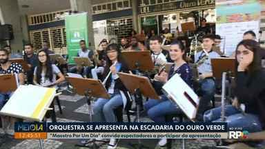 """""""Maestro Por Um Dia"""" convida espectadores a participarem da apresentação - A apresentação faz parte da programação do Festival de Música de Londrina que vai até quinta-feira (25)."""